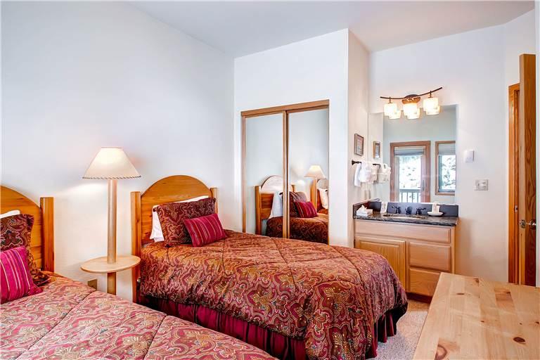 mountaineer-m1-bedroom2