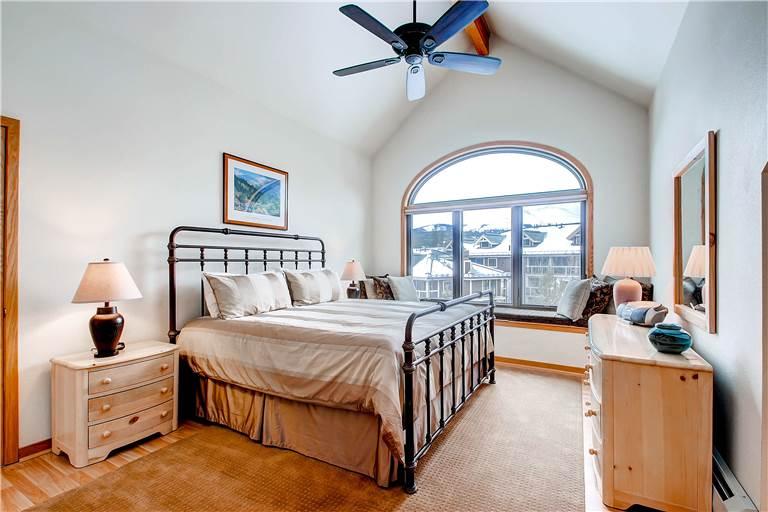 mountaineer-m1-master-bedroom
