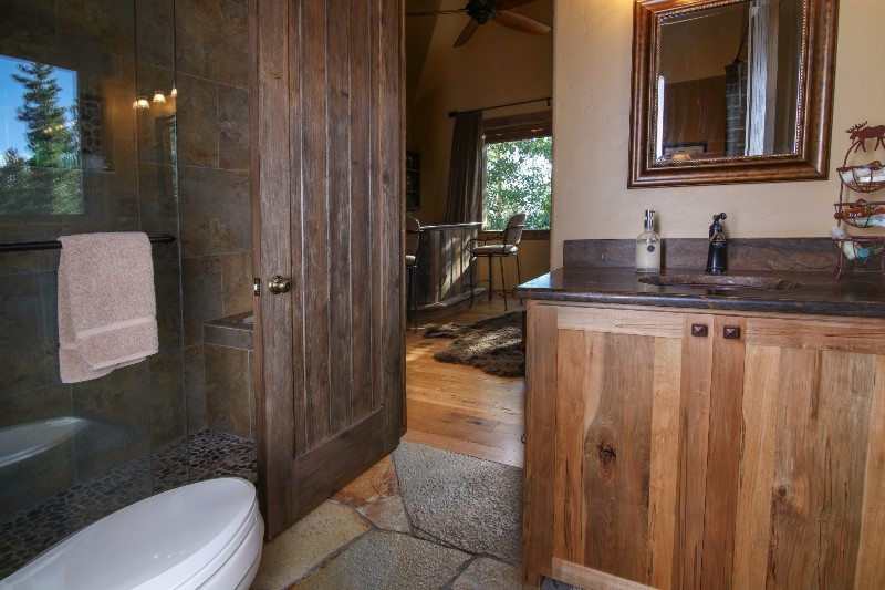 alpenglow-peaks-lodge-bathroom