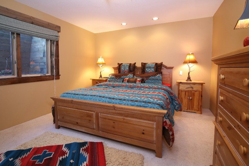 alpenglow-peaks-lodge-bedroom-4
