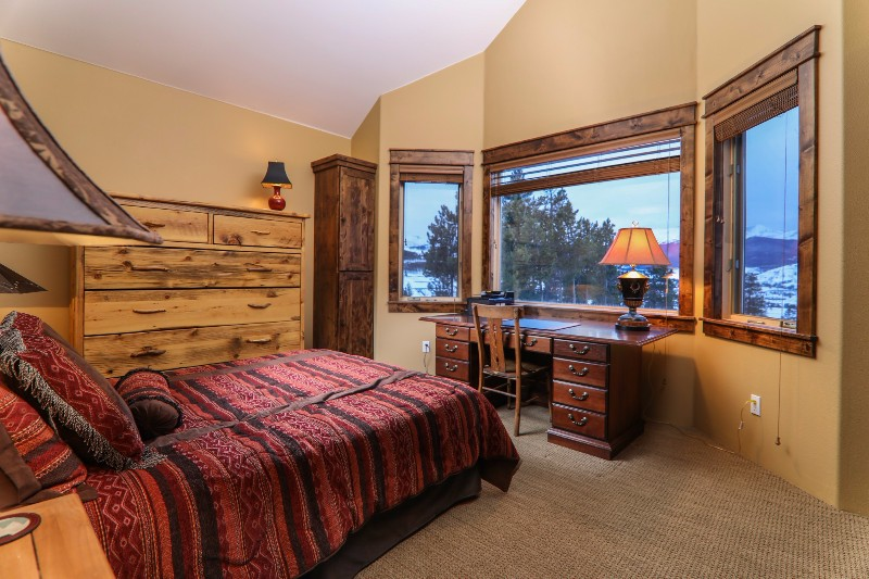 alpenglow-peaks-lodge-bedroom-5
