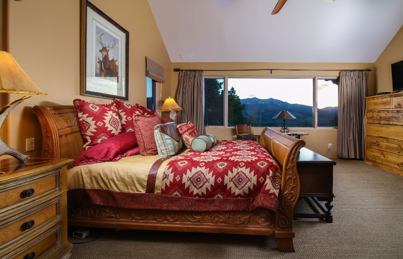alpenglow-peaks-lodge-bedroom