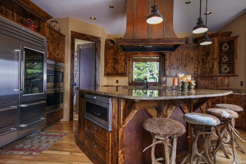 alpenglow-peaks-lodge-kitchen-2