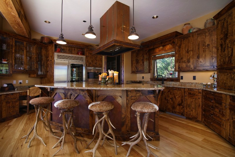 alpenglow-peaks-lodge-kitchen