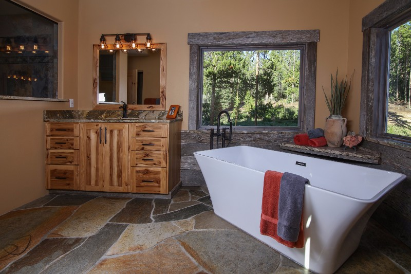 alpenglow-peaks-lodge-master-bathroom
