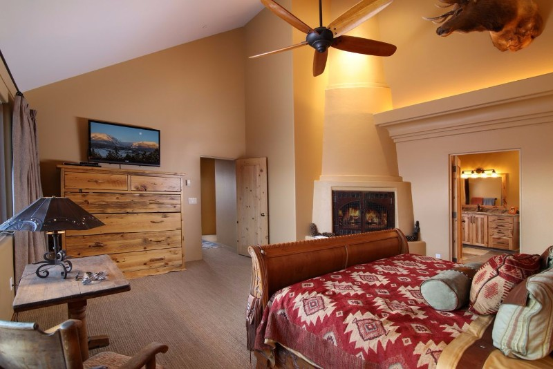 alpenglow-peaks-lodge-master-bedroom