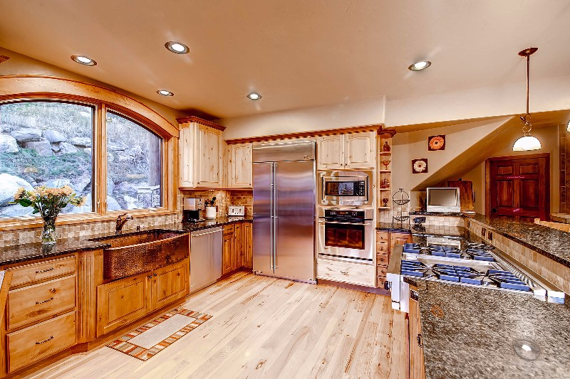 alpine-majesty-02-kitchen