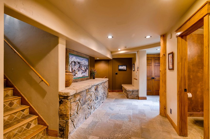 alpine-majesty-17-entryway